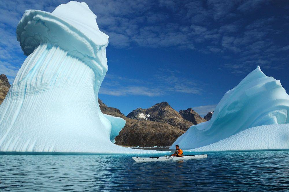 Sébastien Royer devant un iceberg au Groenland