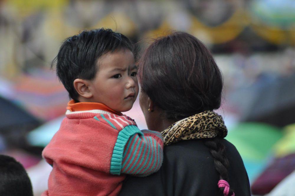 Enfant ladakhi dans les bras de sa mère