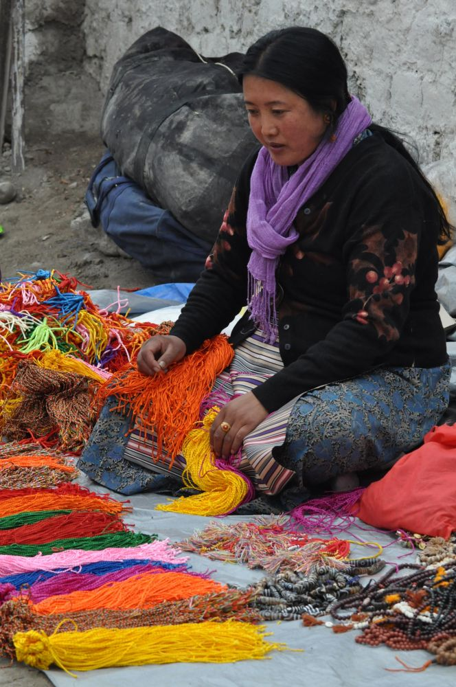 Femme tibétaine marché traditionnel Ladakh