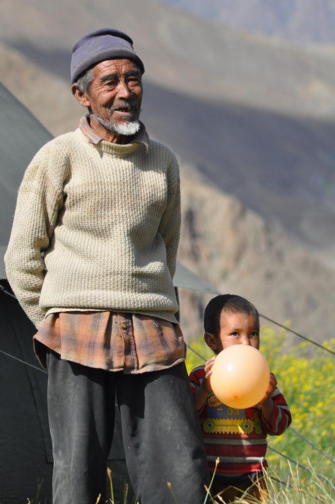 Le médecin amchi et son petit-fils, futur amchi