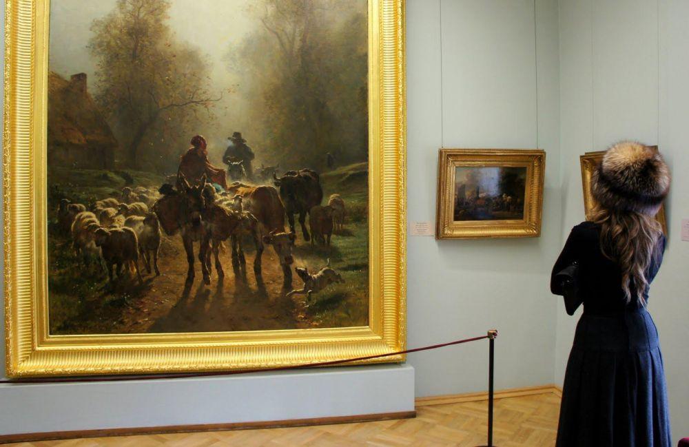 Femme russe admirant un tableau