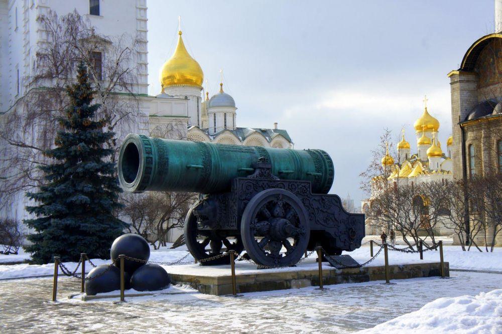 Canon devant le Kremlin de Moscou