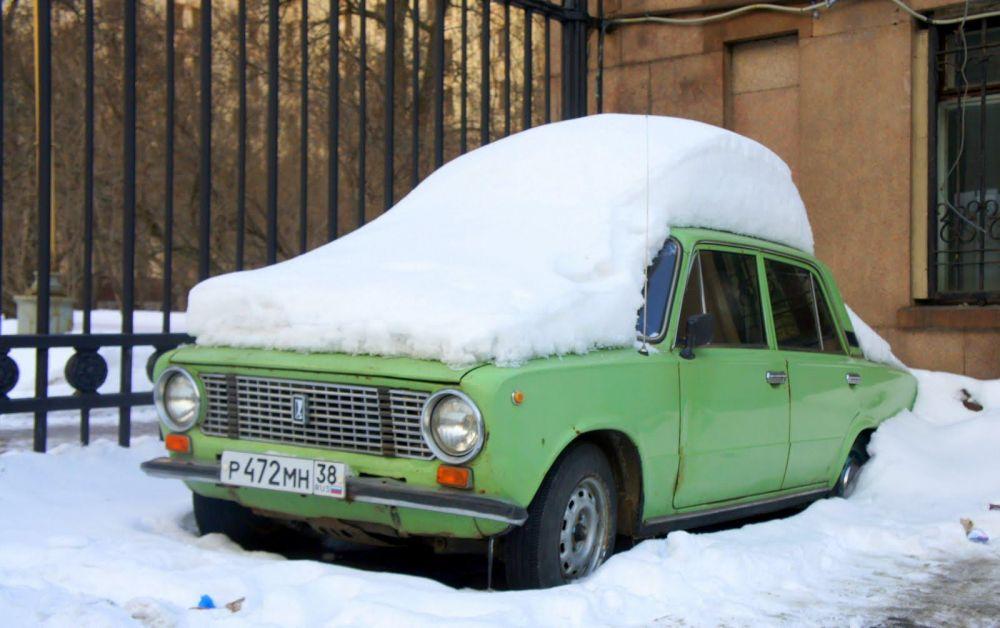 Voiture recouverte par la neige en Russie