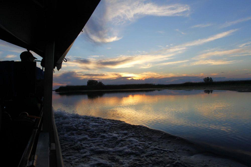 Bateau-affût au coucher de soleil
