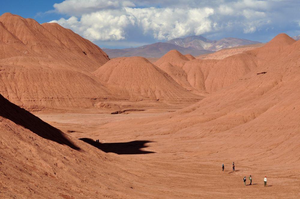 Randonneurs dans le desierto del Diablo, près de Tolar Grande, Argentine
