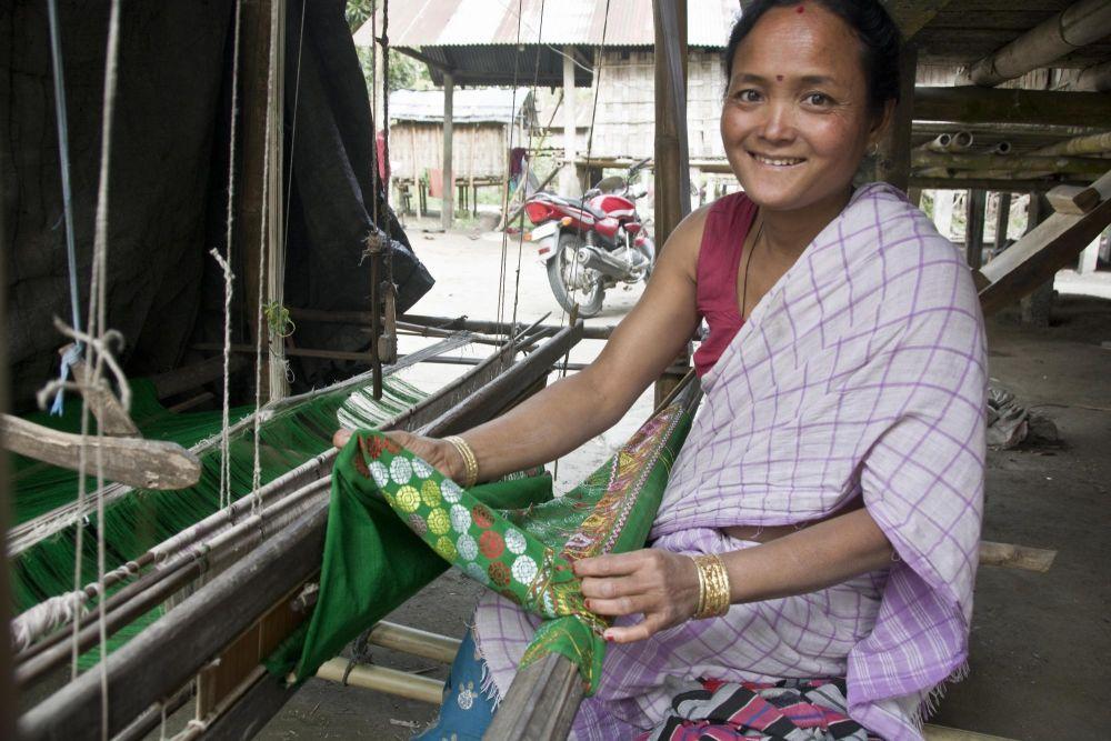 femme de l'ethnie Mising et son métier à tisser, île de Majuli
