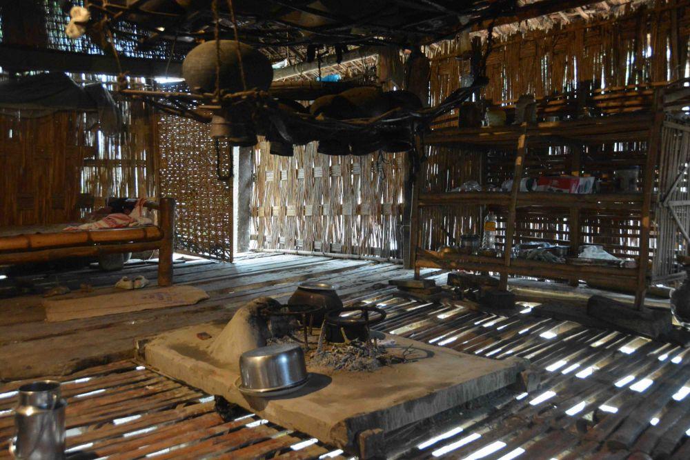 intérieur de maison, ethnie Mising, île de Majuli
