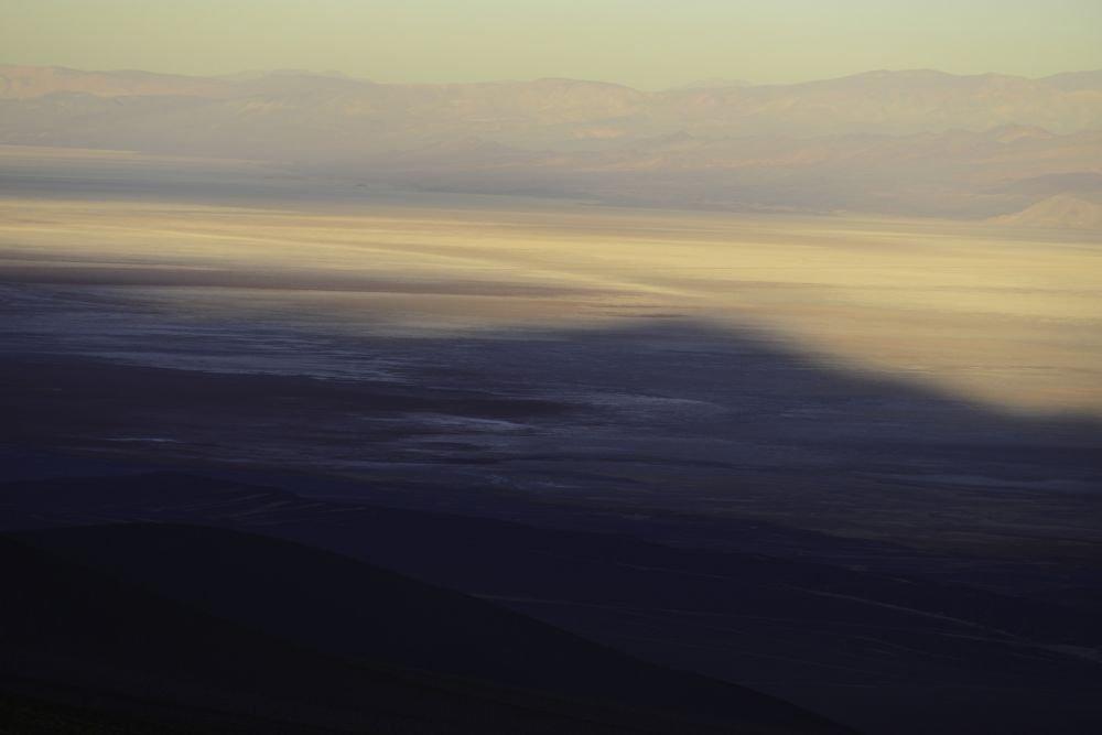 Ombre progeté du Cerro Macon sur le salar d'Arizaro, Tolar Grande, Argentine