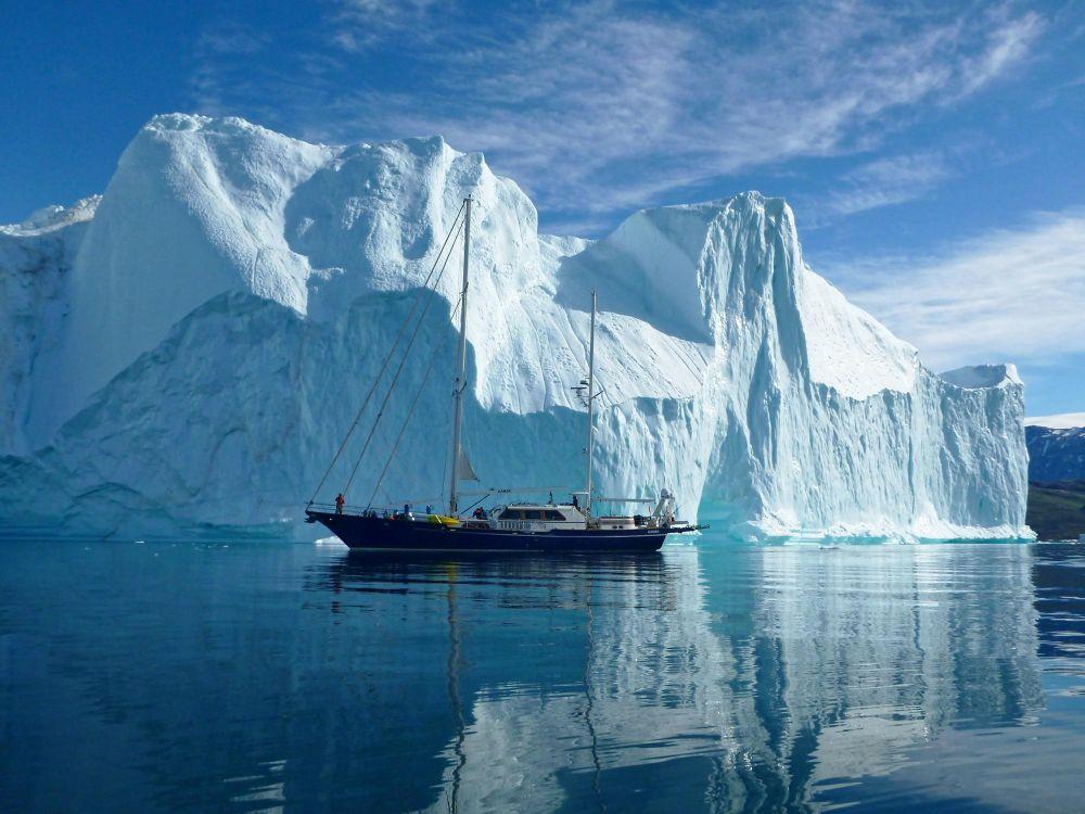 Le voilier au mouillage dans le fjord