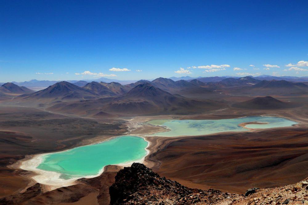 Lagunas verde et Laguna Blanca vue du sommet du Licancabur, Bolivie