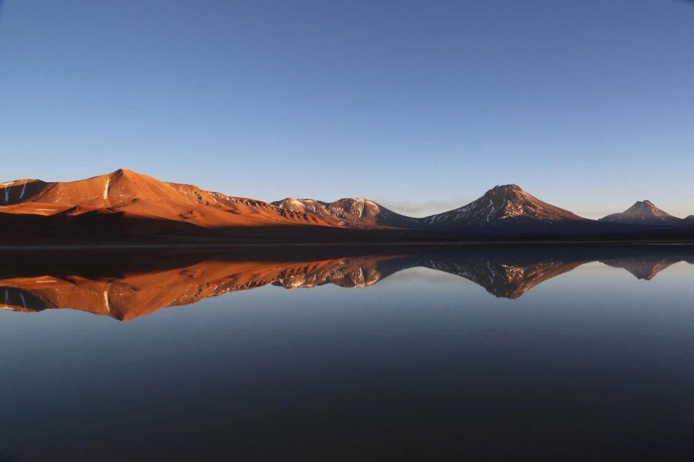 Reflet de volcan sur une lagune de l'Altiplano