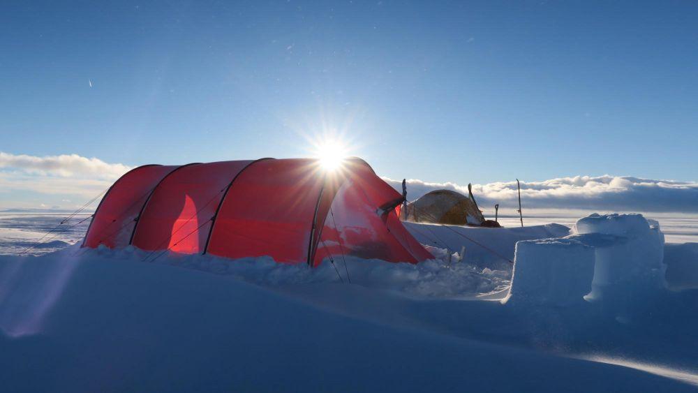 Tente dans la neige en Islande