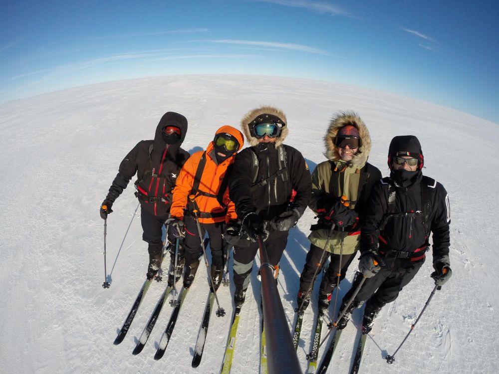 Une équipe de skieurs sur un glacier