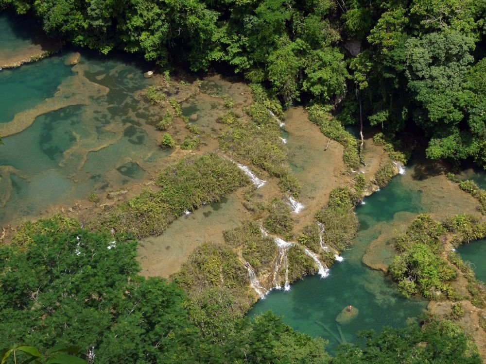 vue aérienne des bassins, piscines et cascades de Semuc Champey