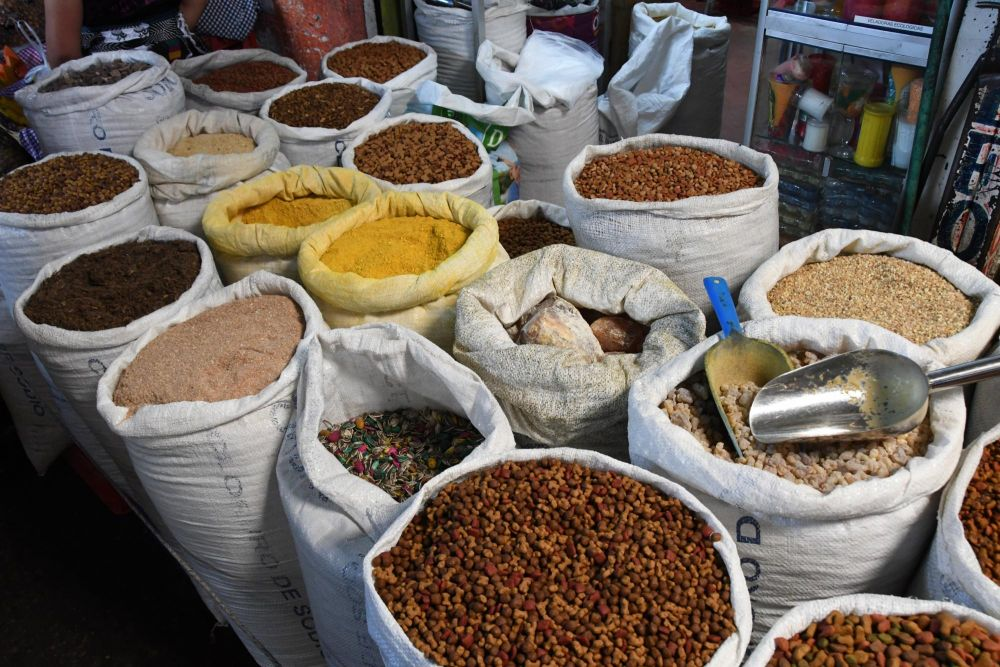 graines, épices et fruits secs sur un marché du Guatemala