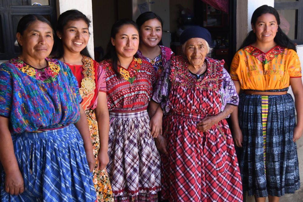 femmes guatémaltèques en tenues traditionnelles