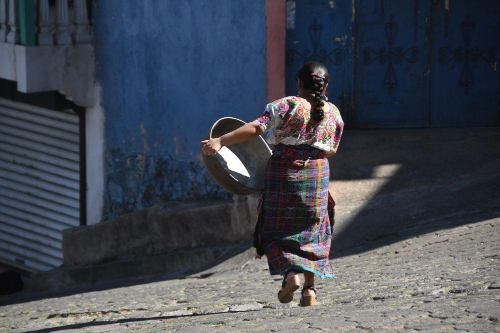 femme guatémaltèque en tenue traditionnelle dans une rue de Totonicapan