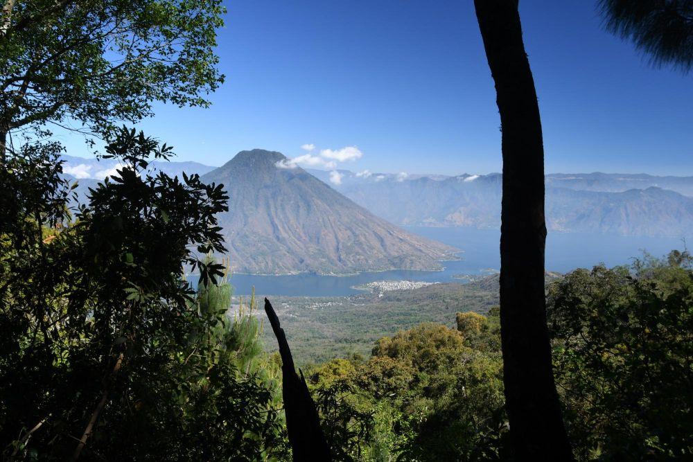 Vue sur le village de Santiago de Atitlan, le lac Atitlan et le volcan San Pedro