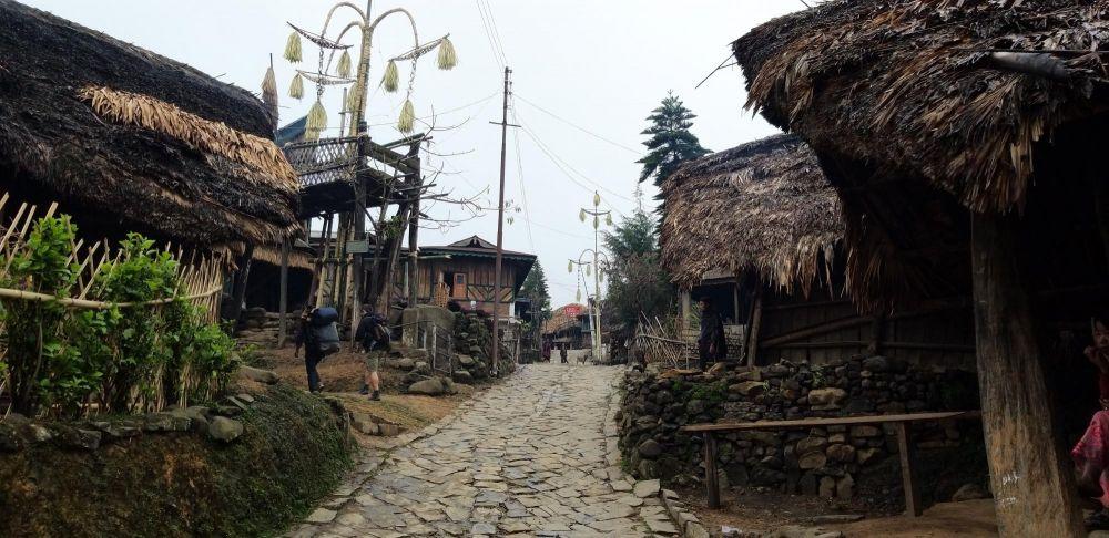 ruelle pavée de village konyak