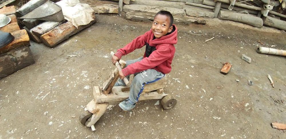 jeune garçon konyak qui joue