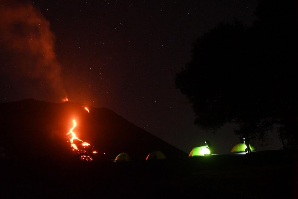 bivouac au pied de la lave sur un volcan