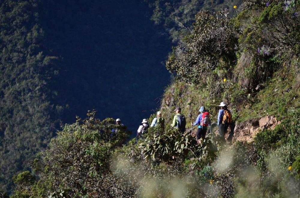 randonneurs sur le sentier qui mène au site de Choquequirao