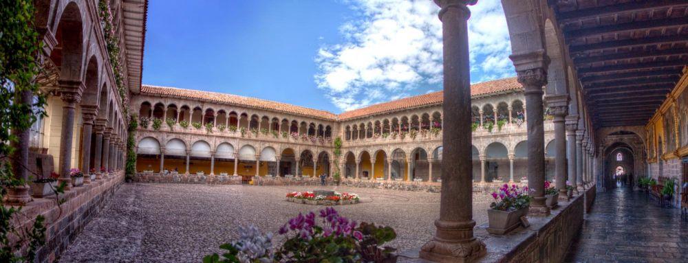 Pation de l'église Santo Domingo, bâtie sur les ruines du Qurikancha, temple du soleil, Cusco