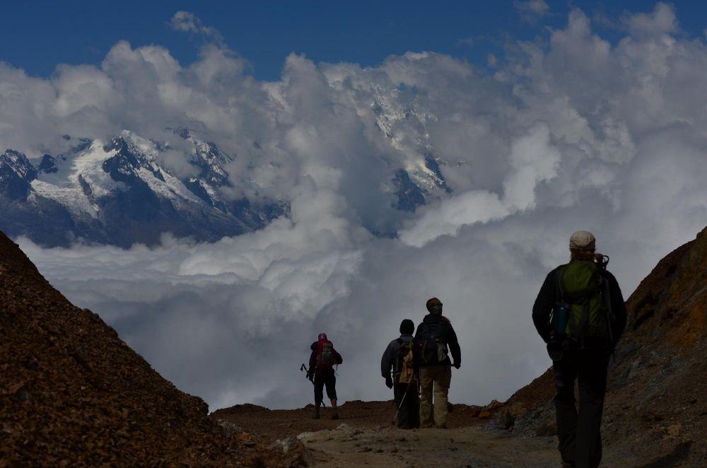 Randonneurs arrivant au col de San Juan, Trek de Choquequirao, Pérou