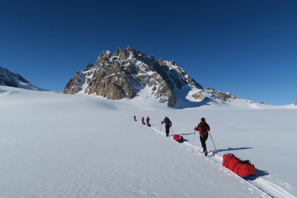 skieurs sur un glacier du Groenland