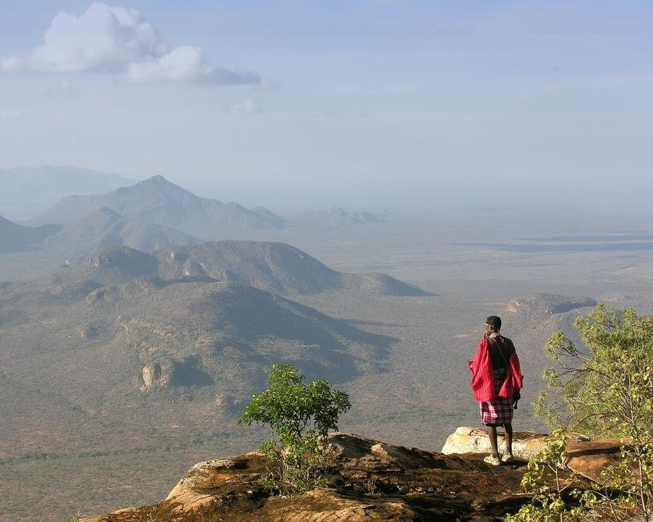 Samburu devant escarpement de la rift Valley