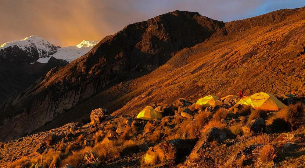 Campement au dessus de la laguna Jancarurish, Cordillère Blanche, Pérou