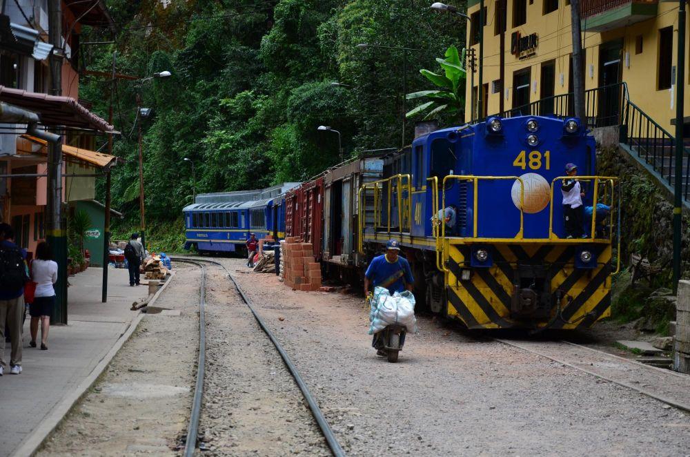 train en gare d'Aguas Calientes, Machu Picchu, Pérou