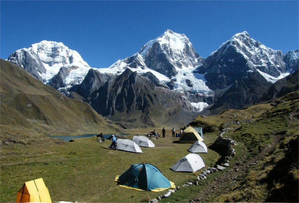Campement de Carhuacocha, le Siula Grande 6344m, le Yerupaja 6617m et le Yerupaja Chico 6121m