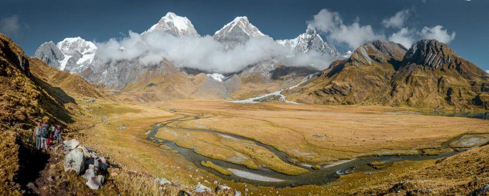De gauche à droite, le Siula Grande (6344m), les Yerupaja (6617m), le Yerupaja Chico (6121m) et le Jirishanca (6094m), depuis Carhuacocha, Cordillère de Huayhuash, Pérou
