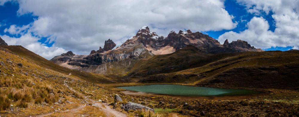 En montant vers le col de Portachuelo, vue sur le Puscanturpa, Cordillère de Huayhuash, Pérou