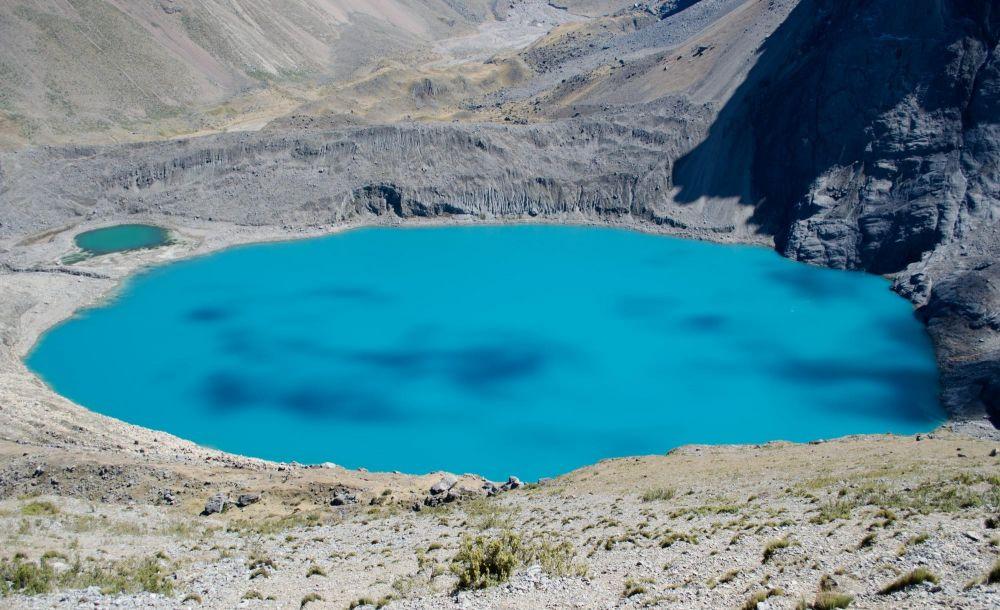 Turquoise magnifique de la lagune Juraucocha, Cordillère de Huayhush, Pérou