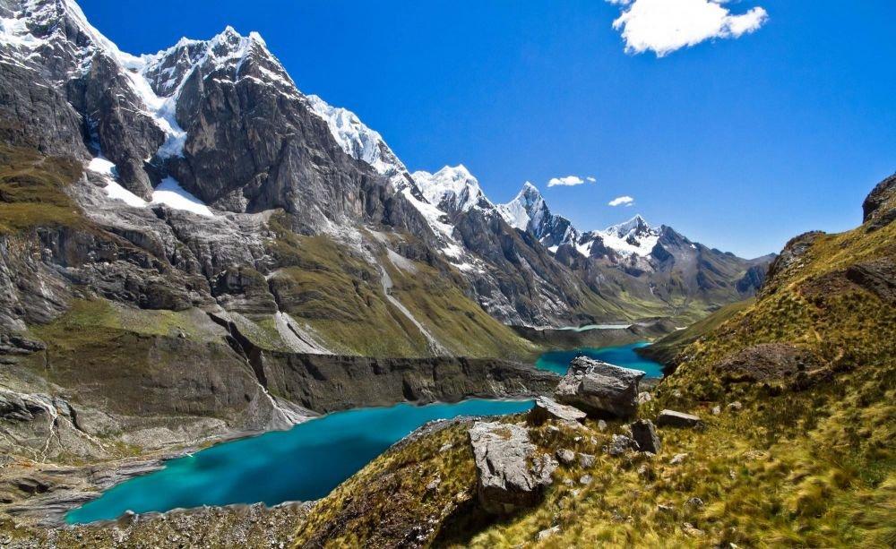 Corridor des lagunes, Quesillococha au premier plan, puis Ciula et Gangrajanca, Cordillère de Huayhuash, Pérou
