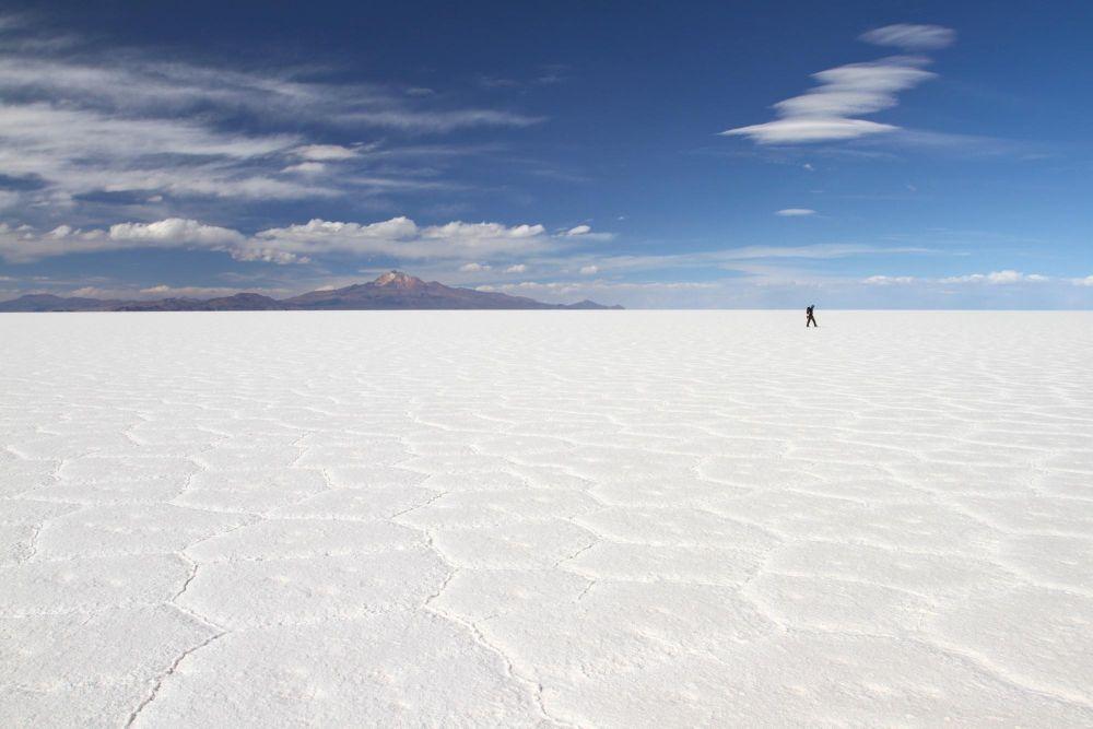 Voyageur, seul, sur le salar d'Uyuni, Bolivie