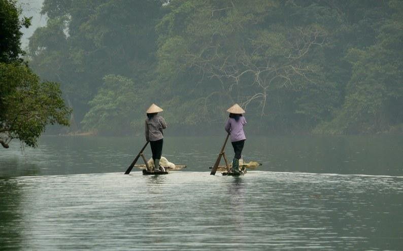silouhette sur radeau de bambou