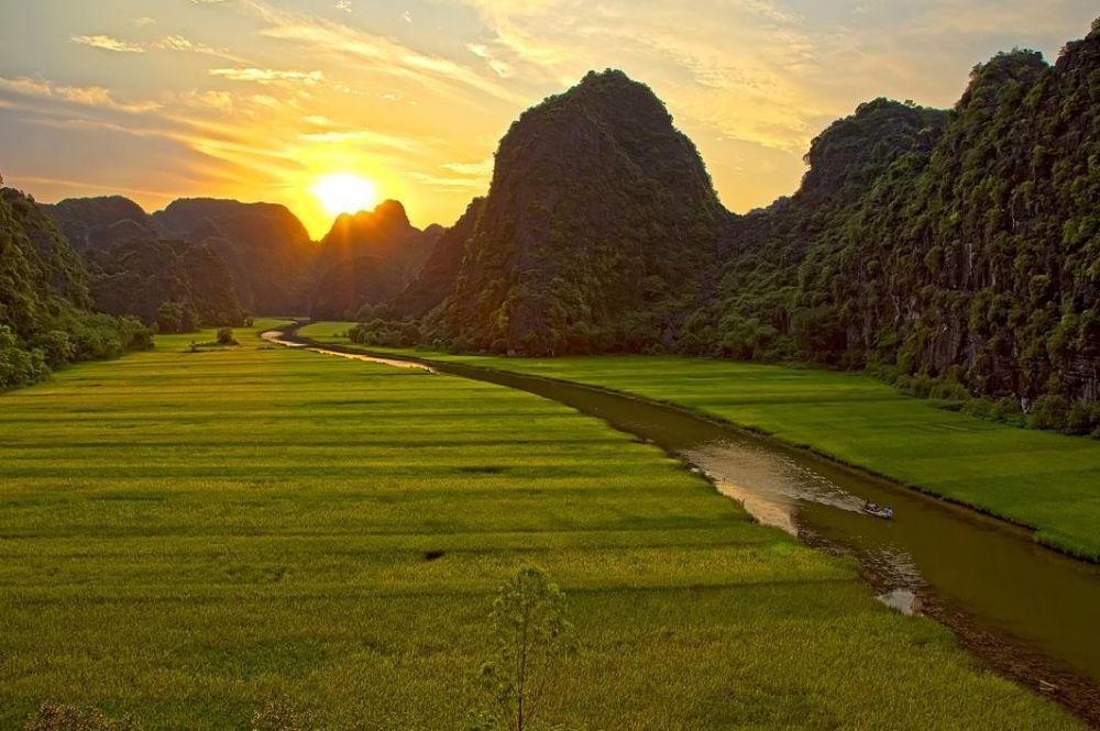 rivière au milieu de la bait d'halong terrestre