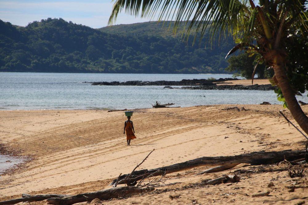 Femme malgache marchant sur plage