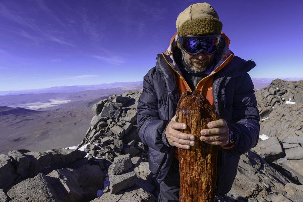 L'archéologue Christian Vitry, au sommet du Llullaillaco (6739m) qui tient un pieu de bois, planté par les Incas le jour du rite funéraire consacré au volcan, Argentine