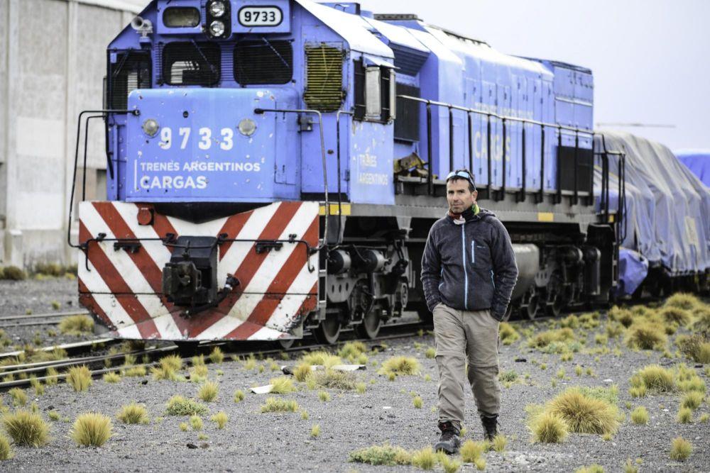 Notre guide Juan, devant un train de minerais à la frontière Argentine/Chili de Socompa