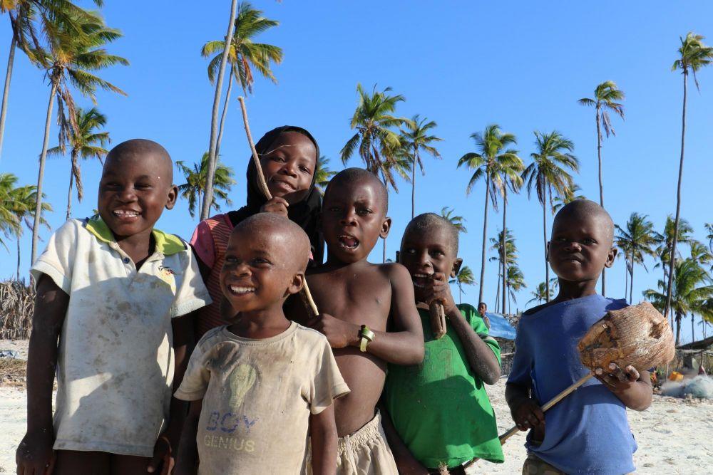 enfants jouant sur la plage Mozambique