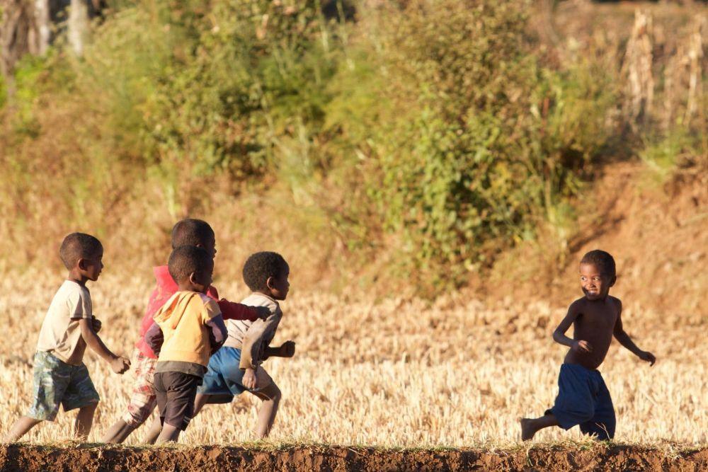 Enfants malgaches dans petit village