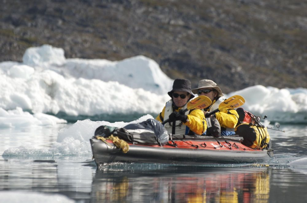 Kayakistes dans le fjord Sermilik au Groenland