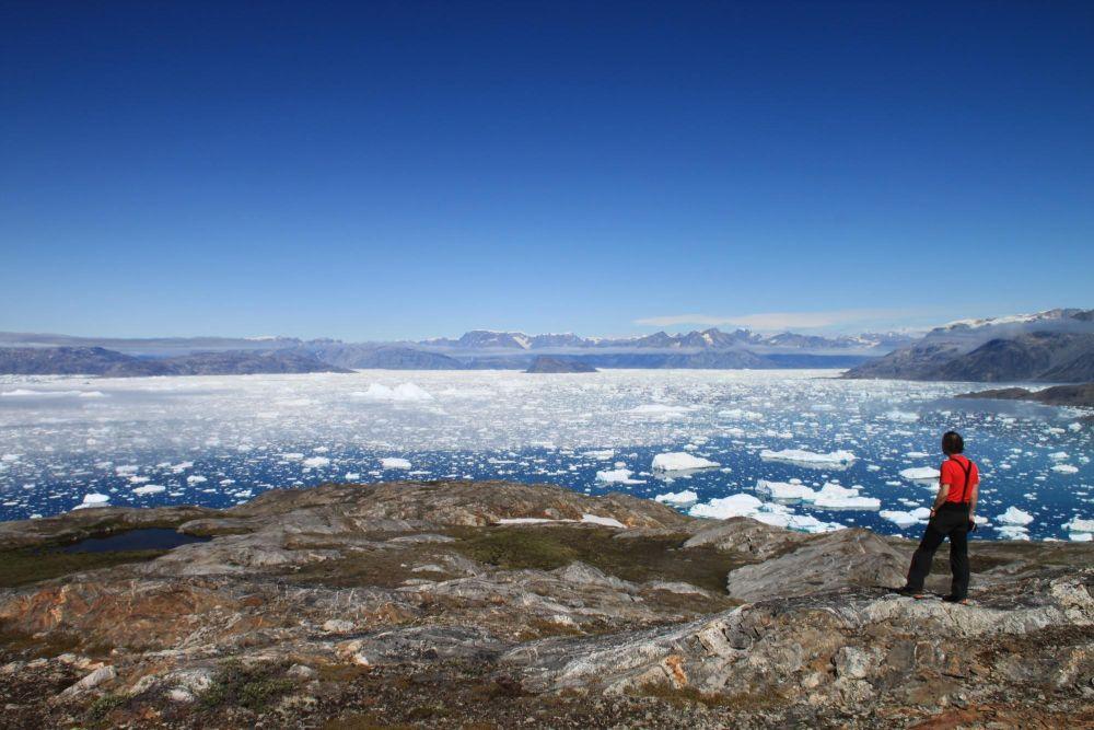 Randonneur face au fjord Sermilik au Groenland