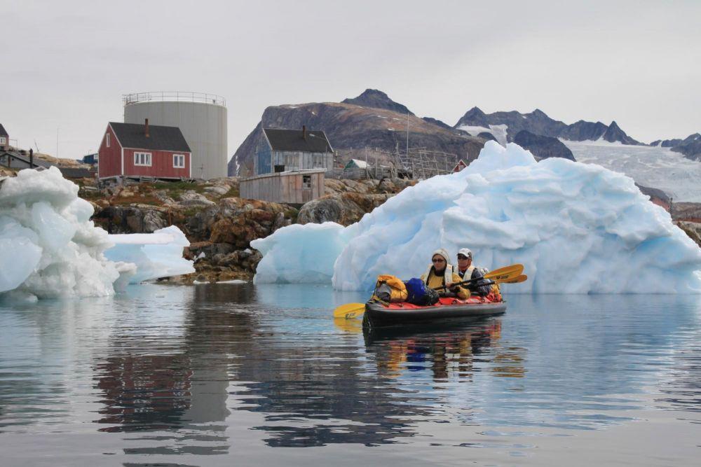 Kayakistes au départ de Tiniteqilaaq dans le fjord Sermilik au Groenland