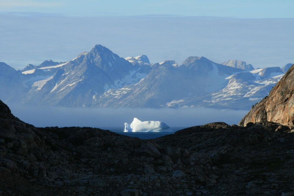 Vue sur les glaciers depuis le fjord au Groenland
