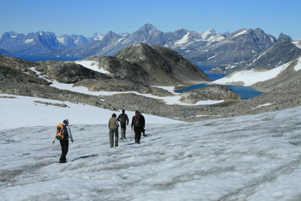 Randonneurs face aux fjords au Groenland